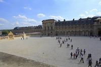 ベルサイユ宮殿の王の中庭と観光客