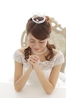 祈るウエディングドレス姿の日本人女性