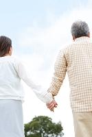 手を繋ぐ中高年夫婦