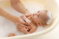 沐浴する赤ちゃん