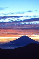 静岡県 富士見平 夜明けの富士山と山並み