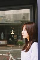 窓辺にいる女性