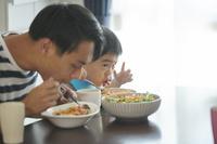 食事をする日本人親子