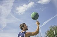 ストリートバスケをする若者