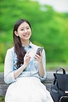 携帯電話を持つ日本人女性