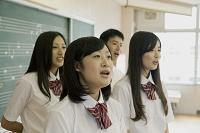 歌う高校生