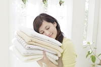 タオルに頬をつける日本人女性