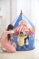 家のおもちゃで遊ぶ保育士と日本人の子供