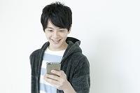スマートフォンを使う20代日本人男性