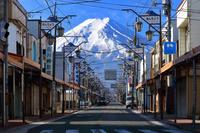 山梨県 本町商店街越しに見る富士山