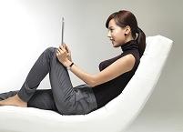 タブレットを使うビジネス女性