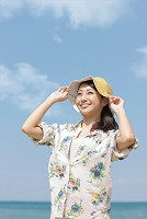 帽子を被った笑顔の日本人女性