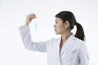 試験管を持つ白衣の日本人女性