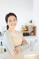 腕組みをする笑顔の日本人女性