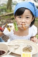 バーベキューを食べる日本人の女の子