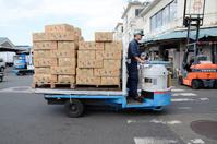 働く車 荷物を運ぶターレットトラック(ターレー)