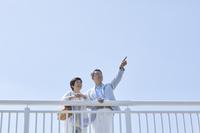 遠くを見つめる日本人シニア夫婦