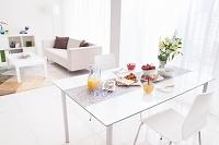 朝食が並べられた食卓とリビング