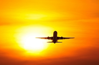 夕陽に向け離陸するボーイング767