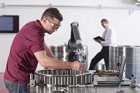 機械を組み立てる男性技術者