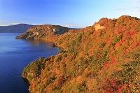 青森県 瞰湖台から夕景の紅葉の十和田湖 烏帽子岩