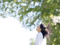 髪がなびく日本人女性