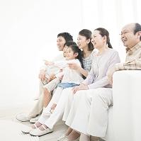 ソファに座って笑う日本人家族