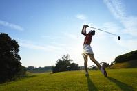 ティーショットを打つ女子ゴルフ選手