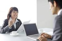会議をする日本人ビジネスウーマン