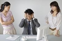 問題を女子社員に責められる男性社員