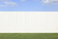 青空とまっ白な塀