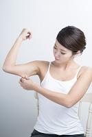 二の腕の脂肪が気になる20代日本人女性