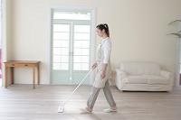掃除する日本人女性