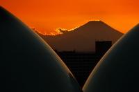 東京都 富士山とガスタンクの夕暮れ
