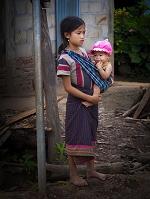 ラオス北部 ムアンシン 弟を抱く少女