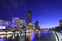 オーストラリア  メルボルン  夕暮れのヤラ川と高層ビル群