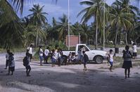 太平洋 キリバス クリスマス島 通学する島の子供達