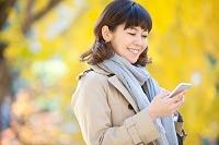 スマートフォンを操作する日本人女性
