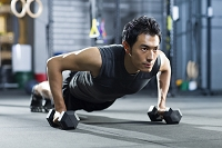 クロスフィットする中国人男性