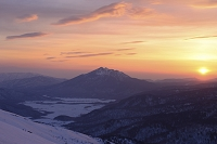 群馬県 至仏山の山頂下から望む朝焼けの燧岳と残雪の尾瀬ヶ原