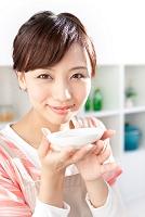 味見をしている日本人女性