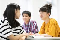 会話をする中学生