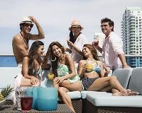 屋上でパーティをする男女のグループ