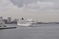 兵庫県 神戸港に小雨の中出港する飛鳥Ⅱ