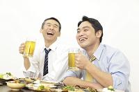 居酒屋で飲む上司と部下