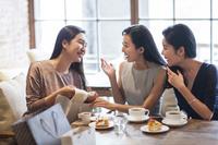 カフェで話をする若い女性