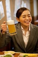ビールジョッキを持つ日本人ビジネスウーマン