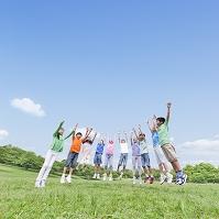 ジャンプする日本人の子供たち