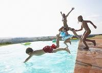 プールに飛び込む外国人家族