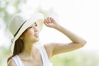 白い帽子をかぶった日本人女性